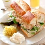 ボリューム満点!フランスパンにはさむ野菜たっぷりツナサンド