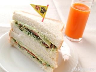 たっぷりアボカドディップとかつお節とかいわれ大根のサンドイッチ