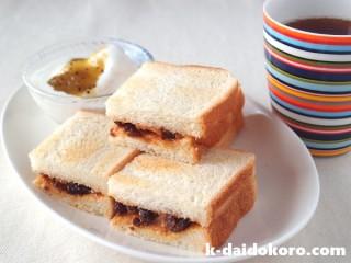 ピーナツバターにレーズンとジャムのサンドイッチ
