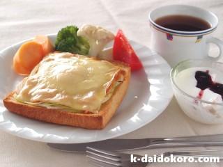 鮭フレークと卵とチーズのトースト