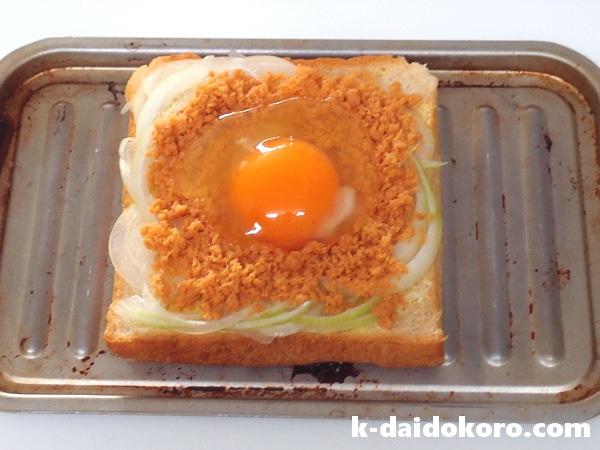 鮭フレークと卵とチーズのトーストの作り方