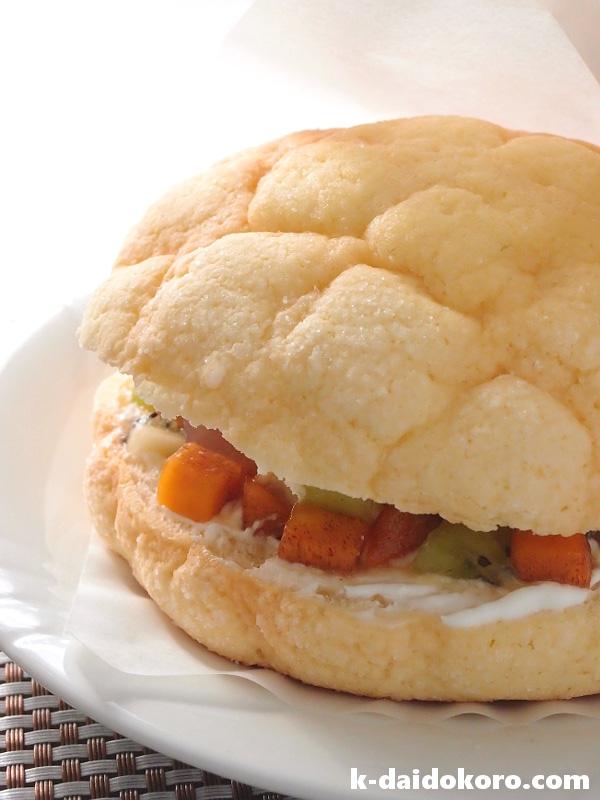 メロンパンでフルーツサンドイッチ