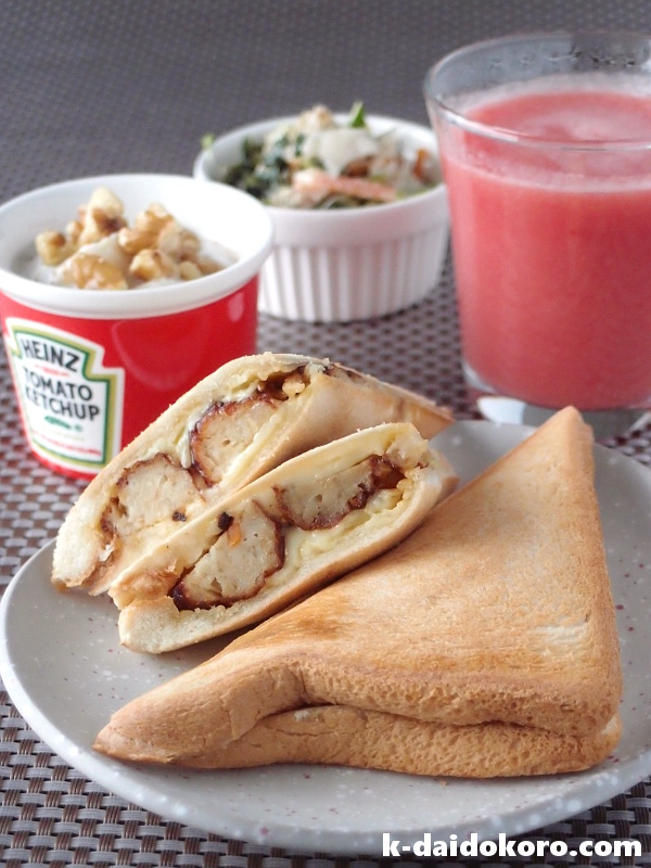 ホットサンドとトマトジュースの朝食