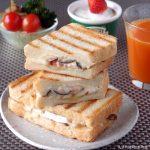 シイタケとベーコンのガーリック炒めとカマンベールチーズのホットサンド